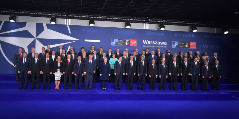 Společné foto státníků členských zemí NATO a partnerů aliance