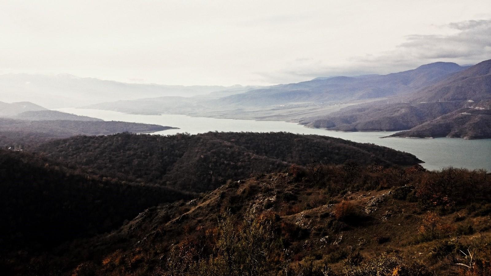Obávaná strategická nádrž Sarsang ležící v oblasti Náhorního Karabachu a potenciálně ohrožující až 400,000 obyvatel Ázerbájdžánu. (Zdroj: autor)