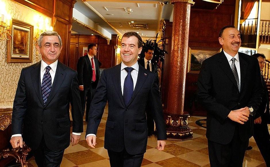 Setkání mezi prezidentem Arménie Sargsyanem, tehdejším ruským prezidentem Medveděvem, a prezidentem Ázerbájdžánu Alijevem v roce 2011. (Zdroj: http://kremlin.ru/events/president/news/10529)