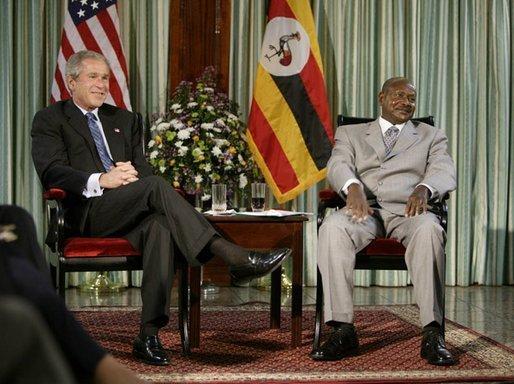 Prezident Museveni při setkání s Georgem Bushem mladším v roce 2004 (zdroj: Wikimedia).White House Photo by Paul Morse