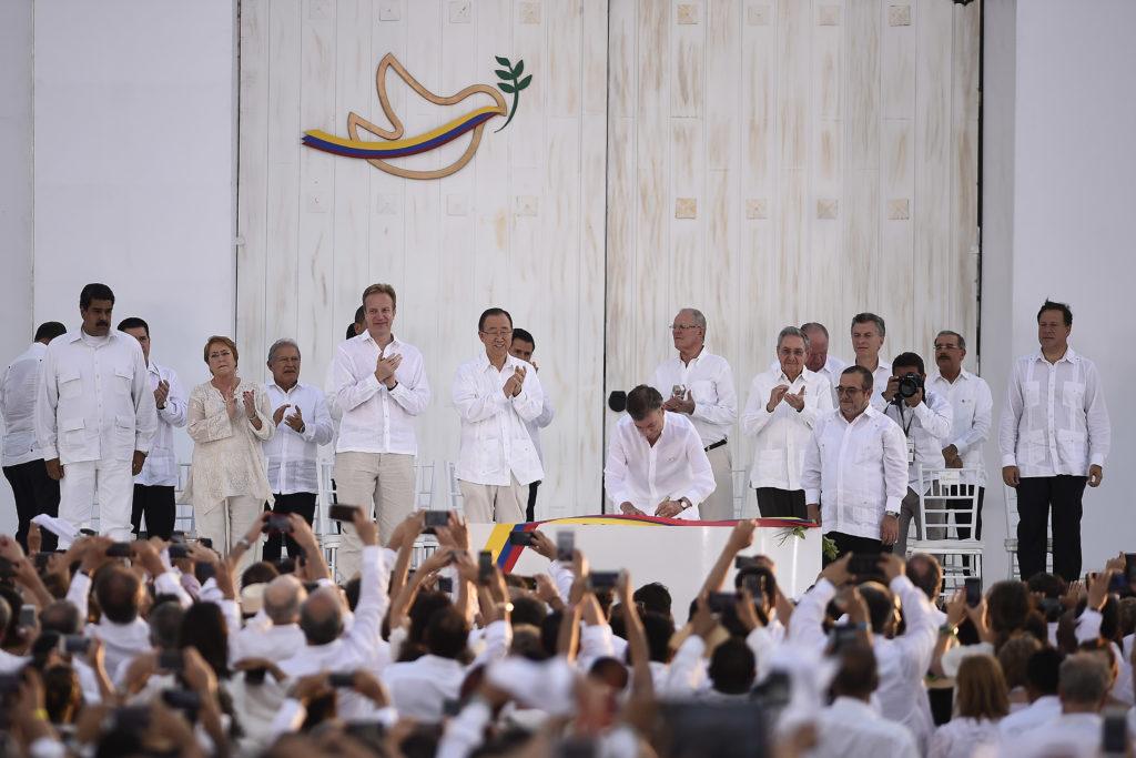 Prezident Santos podepisuje smlouvu na slavnostním ceremoniálu. Zdroj: wikimedia