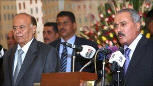 Jemenský prezident Sálih (P) předává moc svému nástupci Hadímu (L)